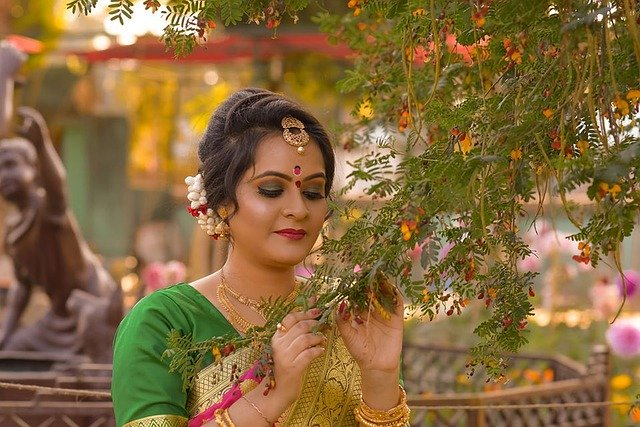 Put On The Beautiful Fashionable Indian Bindi – Experience Its Health Benefits